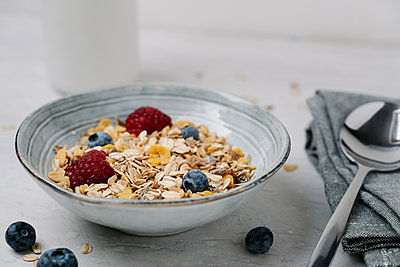 Bowl of granola with blueberries and raspberries - p300m2166531 by Juanma Hache