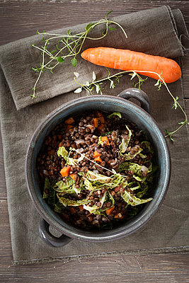 Bowl of beluga lentil stew with savoy, tomatoes and carrots - p300m977890f by Eva Gruendemann