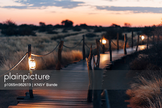 Windlichter erhellen einen Weg in der Kalahari, Namibia - p1065m982619 von KNSY Bande