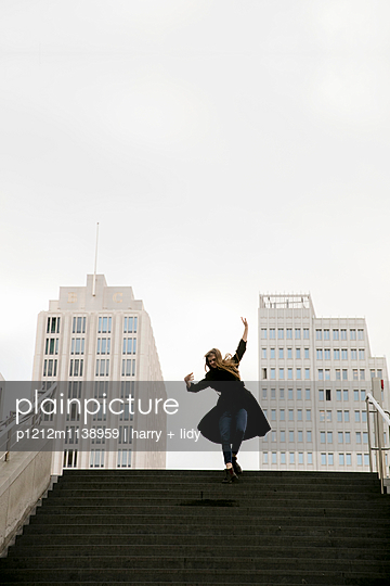 Junge Frau auf der Treppe - p1212m1138959 von harry + lidy