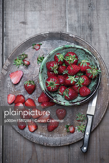 Whole and sliced organic strawberries - p300m1587289 von Canan Czemmel