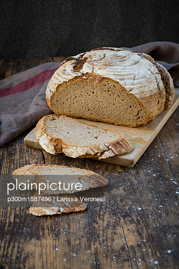 Homemade sourgough rye bread on chopping board - p300m1587496 von Larissa Veronesi