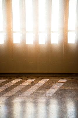 Sunbeams shed light on deserted room  - p1170m1111607 by Bjanka Kadic