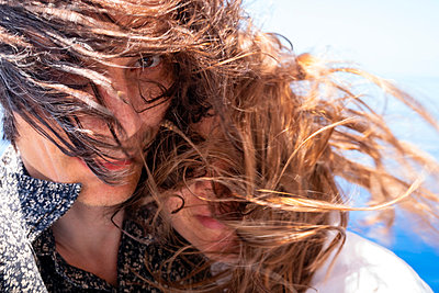 Seychelles, Indian Ocean, mature couple with windswept hair, close-up - p300m2103677 by Nabiha Dahhan