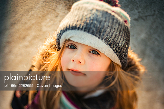 Winter portrait of a 5 years old girl looking at the camera - p1166m2292655 by Cavan Images