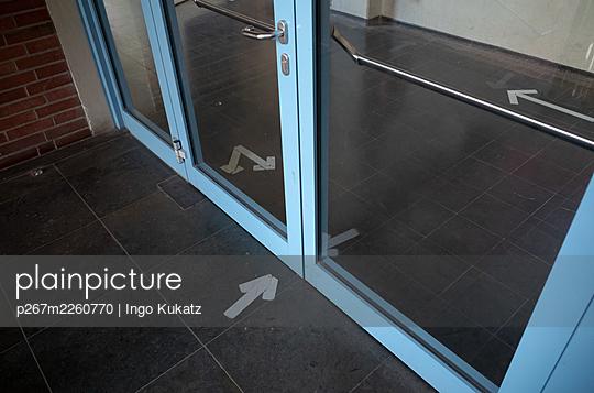 Arrows as waymarkers in a hallway, Corona crisis - p267m2260770 by Ingo Kukatz