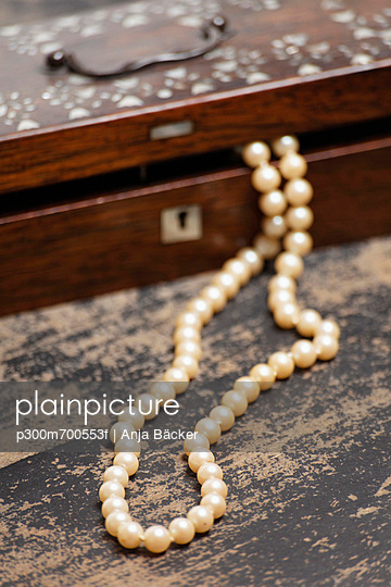 Pearl necklet with jewel box