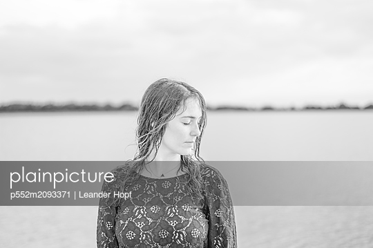 Young woman at the lake - p552m2093371 by Leander Hopf