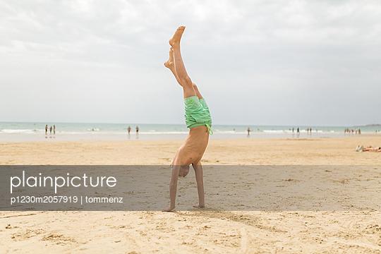 Handstand am Strand - p1230m2057919 von tommenz