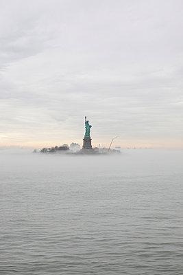 Liberty im Nebel - p1197m995488 von Stefan Bungert