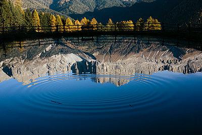 Spiegelung im Bergsee in den Dolomiten II - p1357m1503198 von Amadeus Waldner