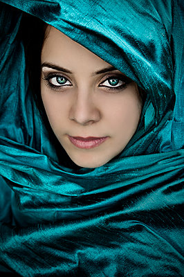 Young woman waring turquoise scarf  - p1445m2127166 by Eugenia Kyriakopoulou