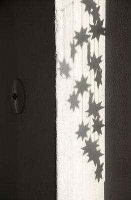 Hängende Sterne als Schattenwurf - p1650m2230881 von Hanna Sachau