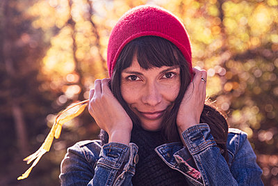 Woman wearing red woolly hat and denim jacket - p300m2159949 by Studio 27