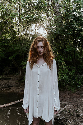 Young redhaired woman wearing baggy shirt in forest - p300m2179906 by VITTA GALLERY