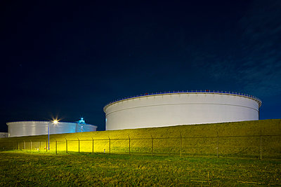 Oil storage on Maasvlakte,an area of newly created land in the north sea, Rotterdam, Zuid-Holland, The Netherlands - p429m1014474 by Mischa Keijser
