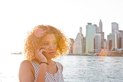Frau in New York - p787m965740 von Forster-Martin
