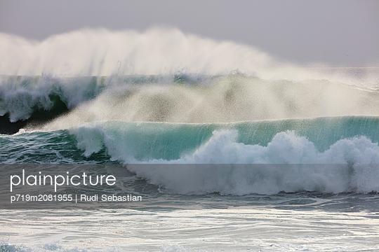 Brechende Wellen am Strand von Nazaré - p719m2081955 von Rudi Sebastian