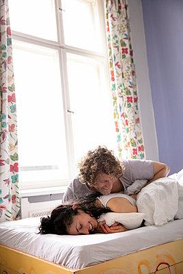 Paar im Bett - p1212m1178879 von harry + lidy