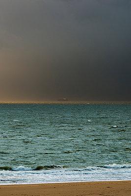 Bad weather approaching from over the sea, Vlissingen, Zeeland, Netherlands, Europe - p429m1513653 by Mischa Keijser