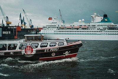 St. Pauli boat - p858m1585643 by Lucja Romanowska