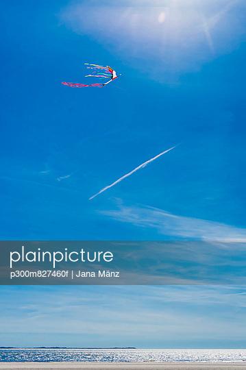 Romo, Kite flying against sky at North Sea - p300m827460f by Jana Mänz