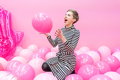 Woman playing with balloons - p1332m2055044 by Tamboly
