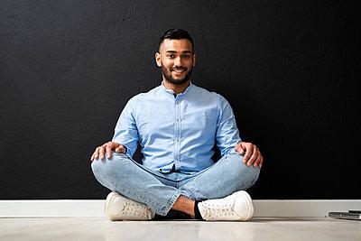 Arab man portrait in a studio - p300m2275494 von Giorgio Fochesato