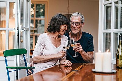 Reifes Paar trinkt Wein auf der Terrasse - p586m1178629 von Kniel Synnatzschke