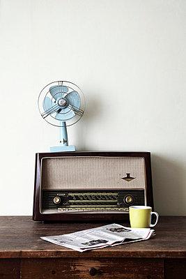 Alter Tisch mit altem Radio - p8820038 von wuppclupp
