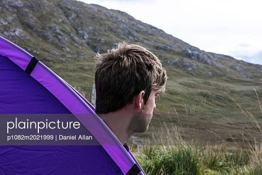 Junger Mann beim Camping - p1082m2021999 von Daniel Allan