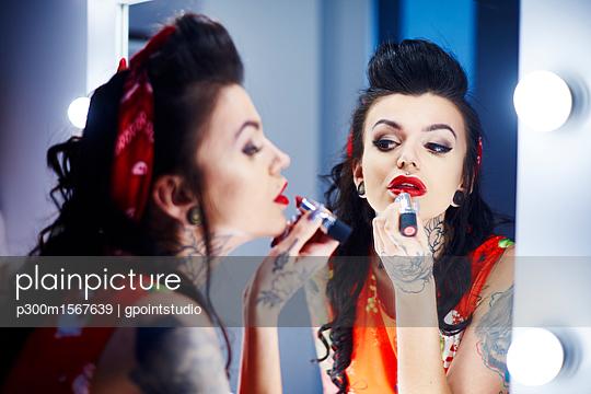 Sexy woman painting mouth, Studio Shot, Debica, podkarpackie, Poland   - p300m1567639 von gpointstudio