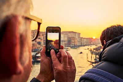 Man photographs the sunset in Venice - p1312m2082162 by Axel Killian