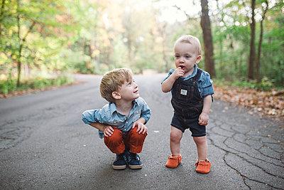 Großer Bruder, kleiner Bruder - p1361m1503756 von Suzanne Gipson