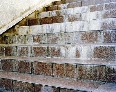 Heruntergekommene Steintreppe - p1409m1465892 von margaret dearing