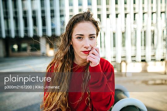 Portrait of beautiful young woman in the city - p300m2167200 by Kiko Jimenez