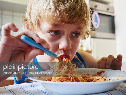 Kleiner Junge isst Spaghetti - p358m2073191 von Frank Muckenheim