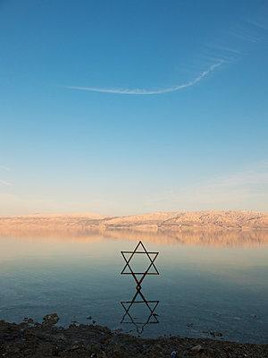 Davidstern am Toten Meer - p240m1558939 von Valerie Wagner