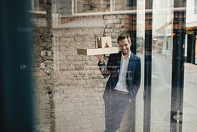 Happy businessman holding architectural model - p300m2131914 by Gustafsson