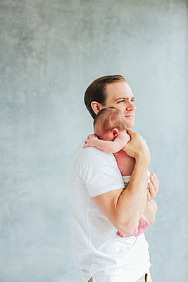 Father with newborn baby - p312m1139607 by Anna Rostrom