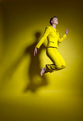Woman in yellow outfit - p427m2109249 by Ralf Mohr