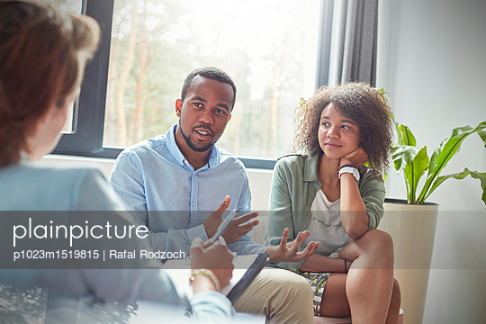 plainpicture   Photo library for authentic images - plainpicture p1023m1519815 - Couple talking to therapist... - plainpicture/Caiaimages/Rafal Rodzoch