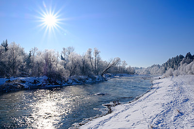 Germany, Bavaria, Geretsried, Isar, winter morning - p300m1449704 by Martin Siepmann