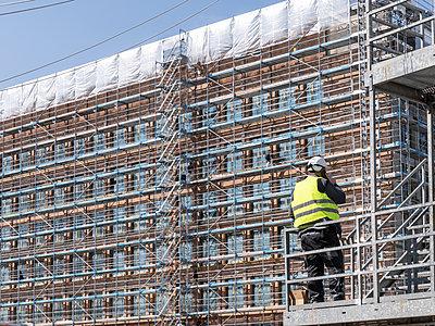 Bauarbeiter auf Großbaustelle - p401m2179221 von Frank Baquet