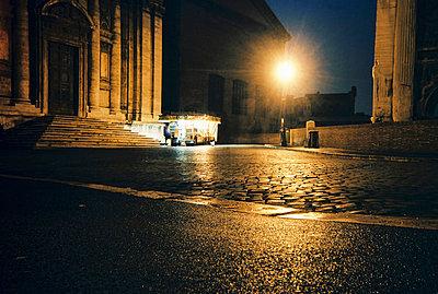 Nachts vor einer Kirche - p9791989 von Schoplick