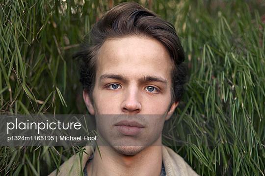 Porträt eines jungen Mannes - p1324m1165195 von michaelhopf