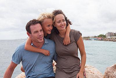 Sohn umarmt Mutter und Vater liebevoll - p045m2028272 von Jasmin Sander