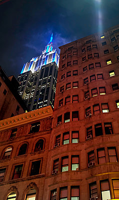 USA, New York, High-rise buildings and Empire State Building at night - p300m1537249 by Hartmut Loebermann
