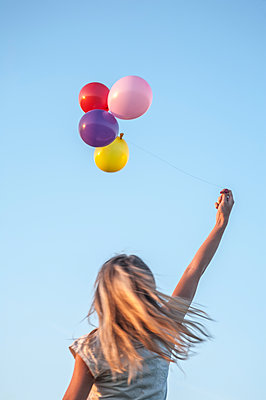 Woman with balloons - p971m1133819 by Reilika Landen