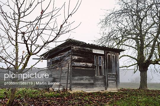 Holzhütte im Nebel - p1088m1589719 von Martin Benner